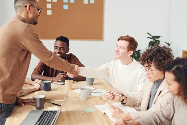 特に外国人の同僚とよい関係で仕事をするための3つのコツ